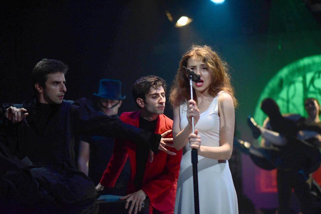 """Օֆելյայի դերակատարը կատարում է """"Խելագարության պահ"""" (A moment of madness) երգը"""