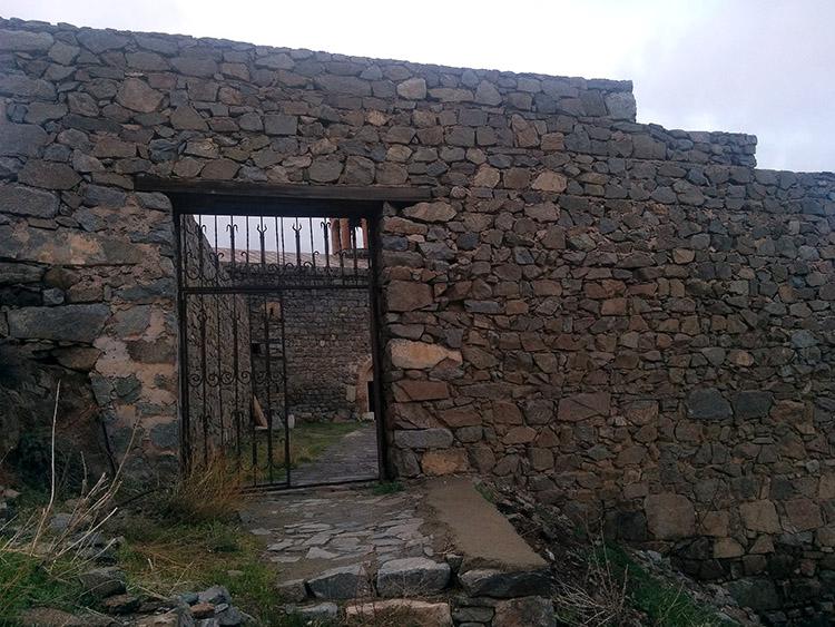 Սբ. Հովհաննես-Մկրտիչ եկեղեցու մուտքը